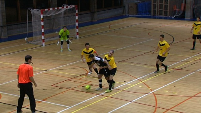 Le derby wavrien de foot en salle dans Gradins