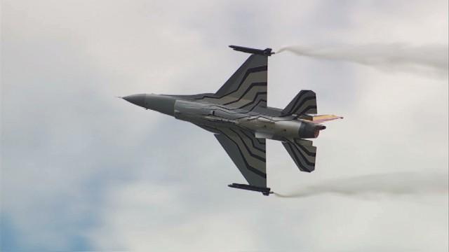 Impressionnante démonstration de F16, Agusta A109 et Red Devils Marchetti à Beauvechain