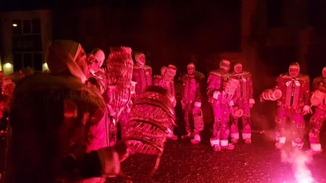 Le rondeau final des gilles dans l'Abbaye de Villers-la-ville lance la saison des carnavals brabançons !