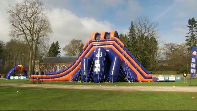 Un parcours d'obstacles gonflables dans les jardins du Château d'Hélécine