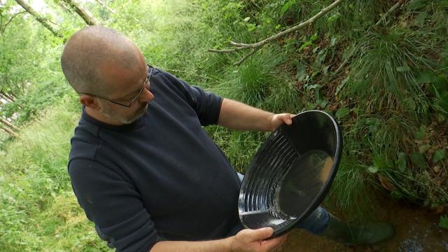 INSOLITE Son hobby : chercheur d'or dans les rivières en Wallonie