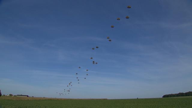 Vaste opération militaire à Nivelles : une centaine de parachutistes largués