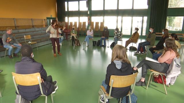 Des élèves de l'Athénée Royal Paul Delvaux reçoivent la visite de deux musiciens