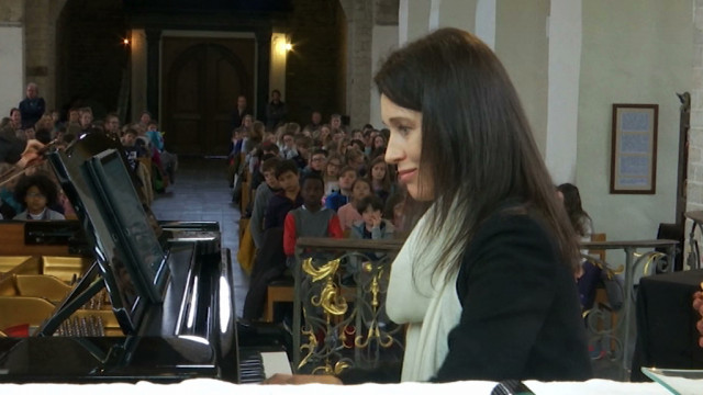 test180 écoliers emportés par le son du violoncelle et du piano