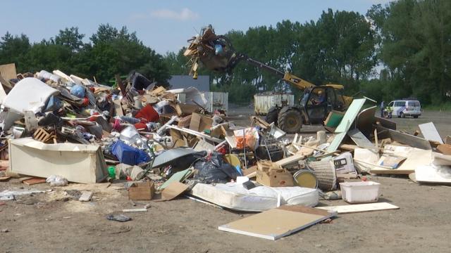 Que faire de tous les déchets déposés sur les trottoirs?