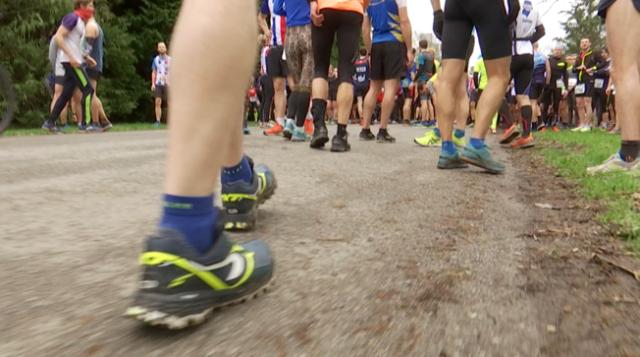 Près de 800 coureurs ont bravé la boue des 13.000 yards de Waterloo