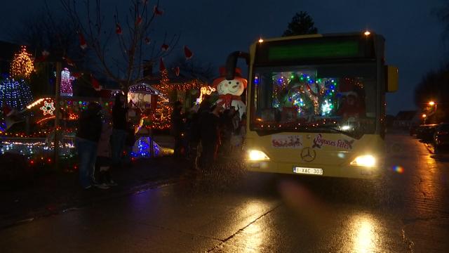 testBeauvechain: un tour avec le bus du lutin Hennebel et du Père Noël
