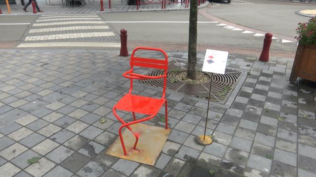 """Exposition """"Huit chaise assises"""" dans le centre de Wavre"""