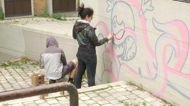 Jaune et Perversa Land, un couple d'artistes dans les rues de Louvain-la-Neuve