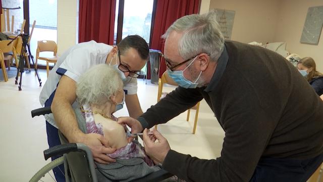 Jeanne, 102 ans, a reçu la première dose de vaccin en Brabant wallon