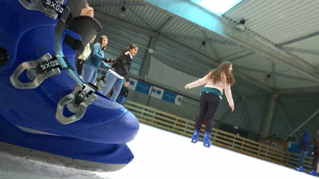 La patinoire de Tubize fait contraste avec cette météo printanière !