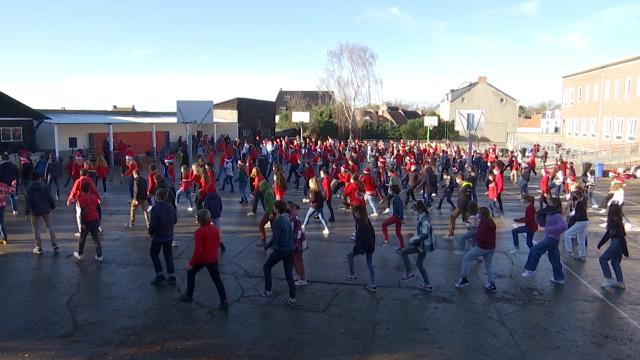 testLes élèves de Saint-Albert dansent pour le personnel soignant !