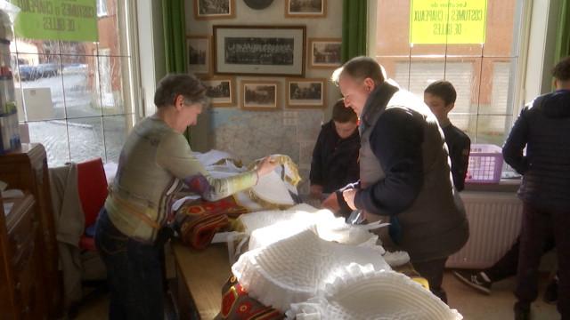 testNivelles: les Gilles sont allés chercher leurs costumes à Binche