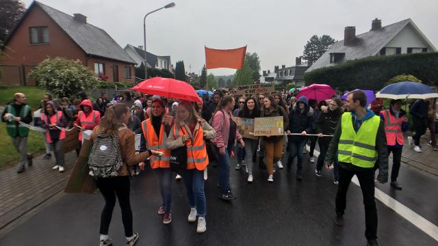 Près de 1200 élèves à la marche pour le climat de Braine-l'Alleud