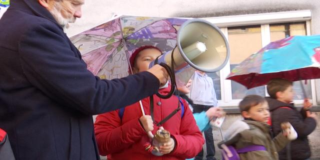 Près de 200 enfants manifestent dans les rues de Genappe