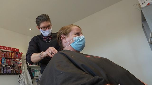 Sous le masque des coiffeurs, la joie de reprendre ses activités!