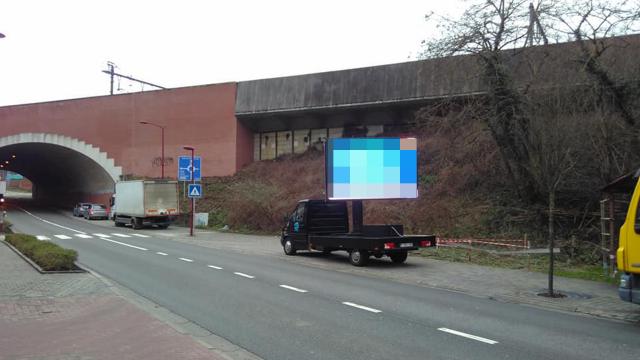 Un camion publiciaire lumineux le long de la route : est-ce bien légal?