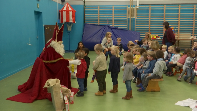 Visite de Saint-Nicolas à l'école communale de Suzeril à Court-Saint-Étienne: